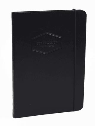 DOT GRID užrašinė Leather touch (juoda): aukštos kokybės užrašinė su lanksčiu odos imitacijos viršeliu, puslapiais taškeliais, juostele-skirtuku, gumele ir dekoruotais puslapių krašteliais