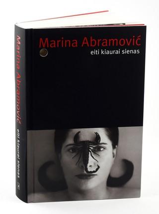 EITI KIAURAI SIENAS: nepaprastai intymi, drąsi ir dramatiška autobiografija apie vieną garsiausių, charizmatiškiausių ir labiausiai provokuojančių šiuolaikinių menininkių – Mariną Abramovič