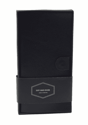 Kišeninė DOT GRID užrašinė su dėžute (juoda): aukštos kokybės kompaktiško dydžio užrašinė su minimalistinio dizaino skirtuku, odos imitacijos viršeliu, puslapiais taškeliais, kišenėle ir magnetiniu užsegimu