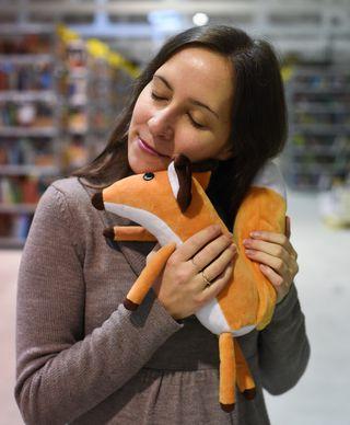 Pliušinis žaislas MAŽOJO PRINCO LAPĖ. Miela pliušinė Lapė – vienas įsimintiniausių personažų iš Antoine de Saint-Exupery šedevro MAŽASIS PRINCAS. Ideali dovana bet kokia proga!