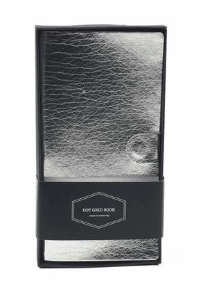 Kišeninė DOT GRID užrašinė su dėžute (sidabrinė): aukštos kokybės kompaktiško dydžio užrašinė su minimalistinio dizaino skirtuku, odos imitacijos viršeliu, puslapiais taškeliais, kišenėle ir magnetiniu užsegimu